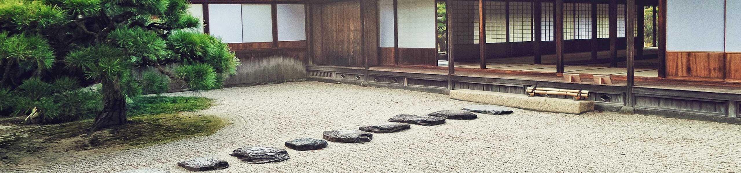 Pas japonnais dans une cour